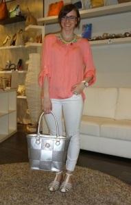 Cangrejeras blancas de Pikolinos y bolso plata de Pepe Moll_3