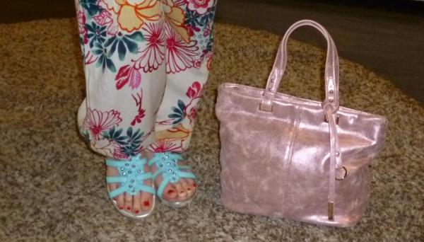 Sandalias de flores azules de Dorking y bolso metalizado rosa de Pepe Moll_2_1