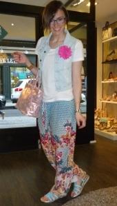 Sandalias de flores azules de Dorking y bolso metalizado rosa de Pepe Moll_8