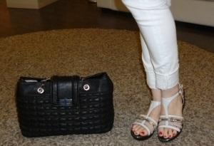 Sandalias de cuña de Abril Blau y bolso negro acolchado de Pepe moll_5