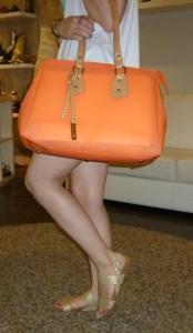 Sandalias doradas de Gioseppo y bolso naranja de Pepe Moll_7