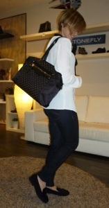 Mocasines negros de borlas de MimaPies y bolso negro de Pepe Moll_7